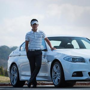 ゴルファーと車
