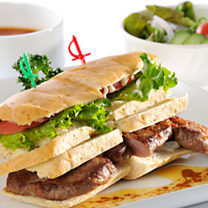 牛ロース肉のステーキサンドウィッチ